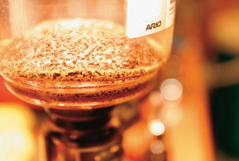 現烘咖啡專門店,秉持著煮出好咖啡的理念,實現了天然純粹的味覺體驗,提供消費者特選的精緻咖啡飲品,天然無添加香料,夾雜馥郁黑糖的焦香,焦糖的甜味,令人回味再三。<br /><br />每一刻都是品味的好時機,精選上等咖啡豆,每日現烘咖啡,天然無添加香料,濃郁的咖啡香味,令人回味再三,每周推出限量招牌推薦口味,並且不定時舉辦10元咖啡等優惠活動,提供消費者更平價的享用咖啡選擇。